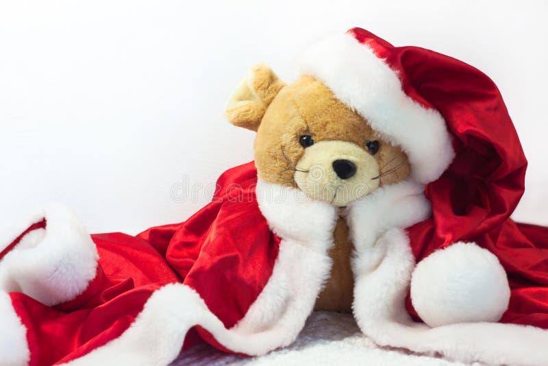 Kerstkaart met symbool van het jaar 2020 een rat in een rode Kerstmanhoed op een witte achtergrond stock foto