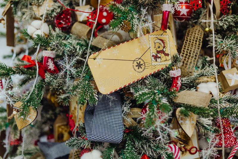 Kerstkaart op een mooie kerstboom stock afbeeldingen