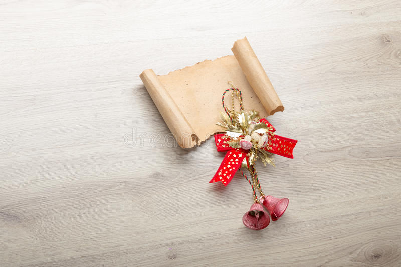 Kerstkaart op houten bovenkant met Kerstmisornamenten royalty-vrije stock afbeelding
