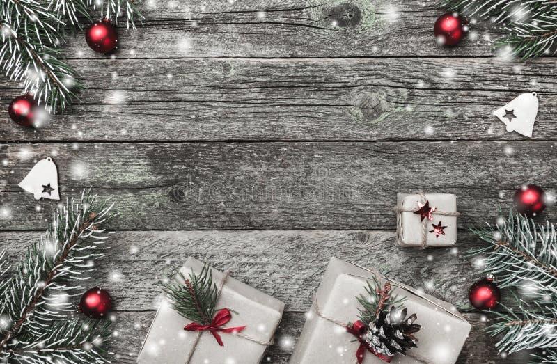 Kerstkaart, op oude houten achtergrond Giften, rode ballen en met de hand gemaakt speelgoed Ruimte voor tekst Hoogste mening royalty-vrije stock fotografie