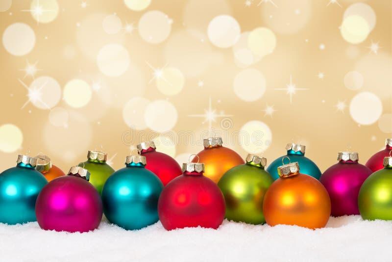 Kerstkaart vele kleurrijke ballen gouden decoratie als achtergrond stock foto