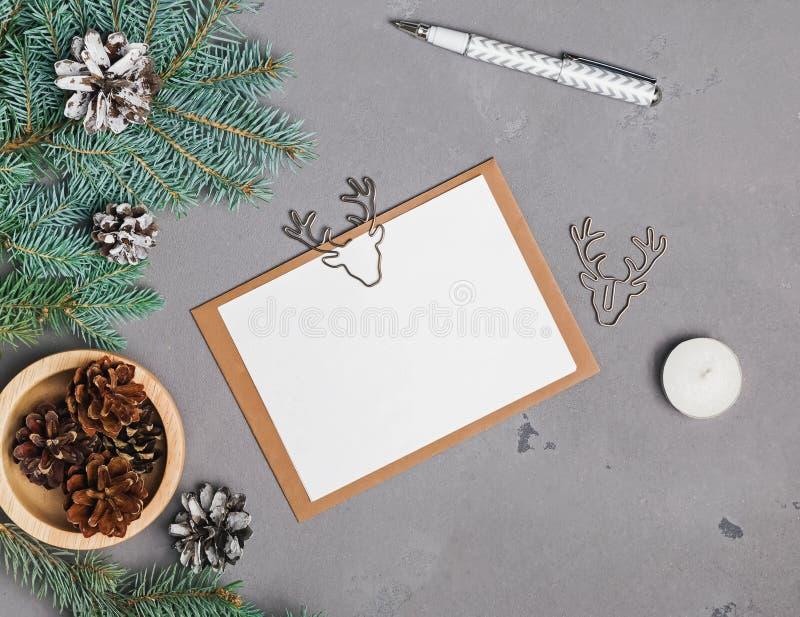 Kerstkaartmodel op grijze achtergrond stock foto