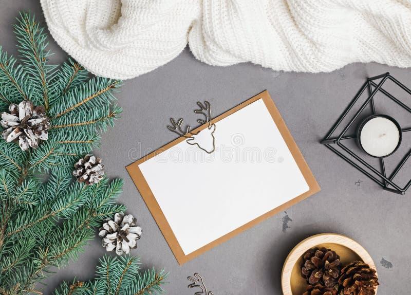 Kerstkaartmodel op grijze achtergrond royalty-vrije stock foto's