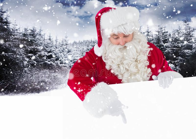 Kerstman die beneden en op wit aanplakbiljet de richten kijken royalty-vrije stock afbeelding