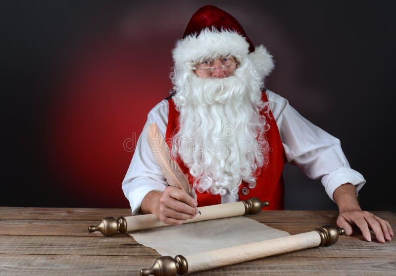 Kerstman die Zijn Lijst maken stock foto