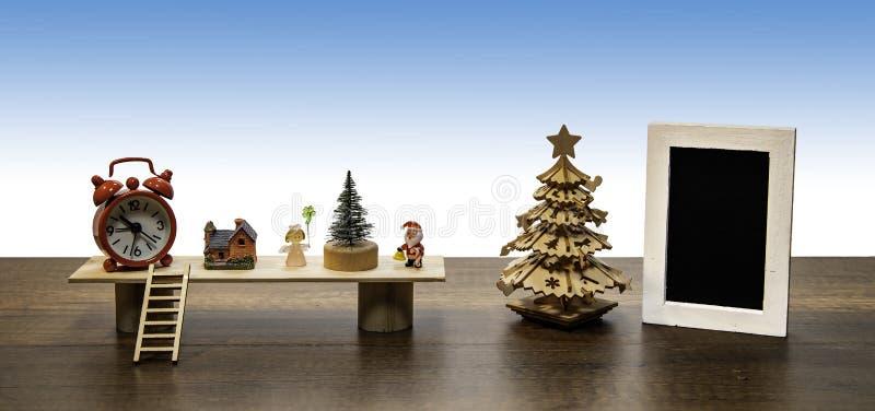 Kerstman en Engel met Kerstboom, rode klok en leeg zwart fotokader royalty-vrije stock foto