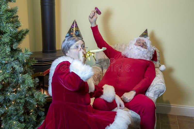 Kerstman en Mevr. het bellen in het Nieuwjaar royalty-vrije stock afbeeldingen