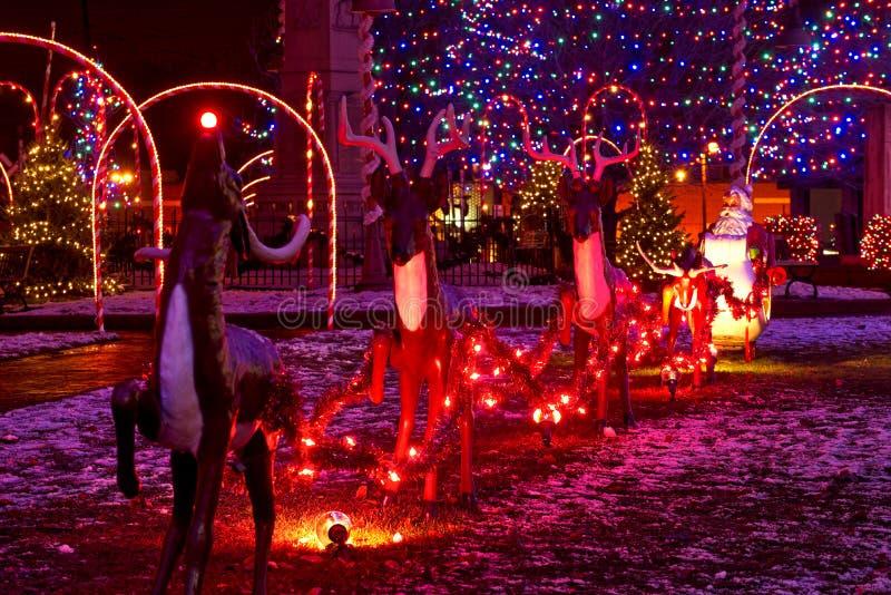 Kerstman en rendier die ar trekken royalty-vrije stock afbeelding