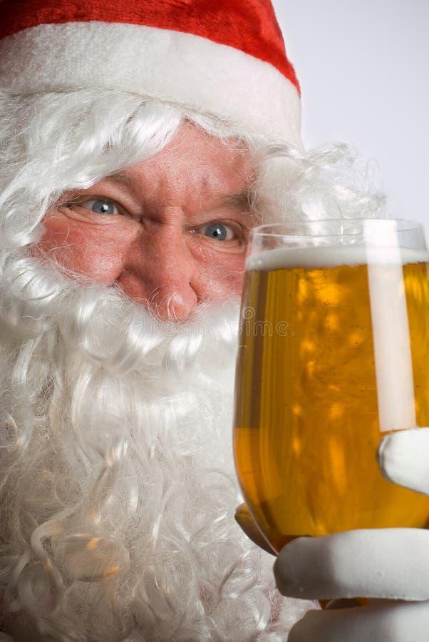 Kerstman gek voor bier stock afbeeldingen