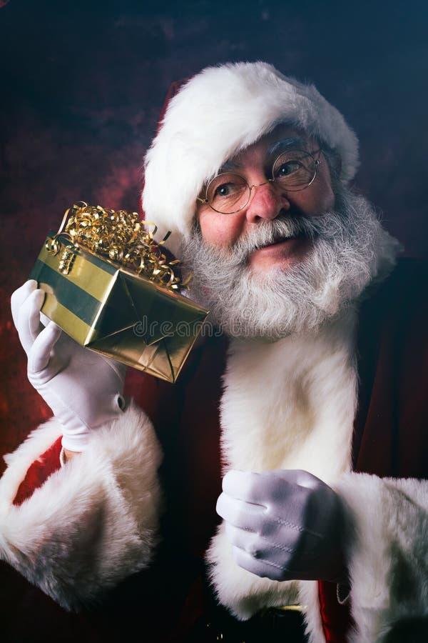 Kerstman: Het proberen om te veronderstellen wat in Kerstmisgift is stock afbeeldingen
