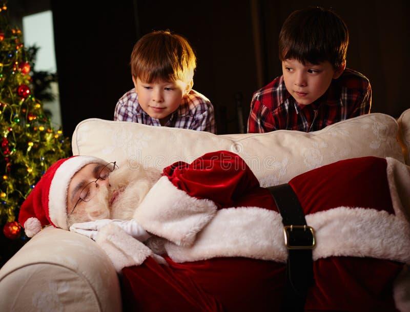 Kerstman het slapen stock foto