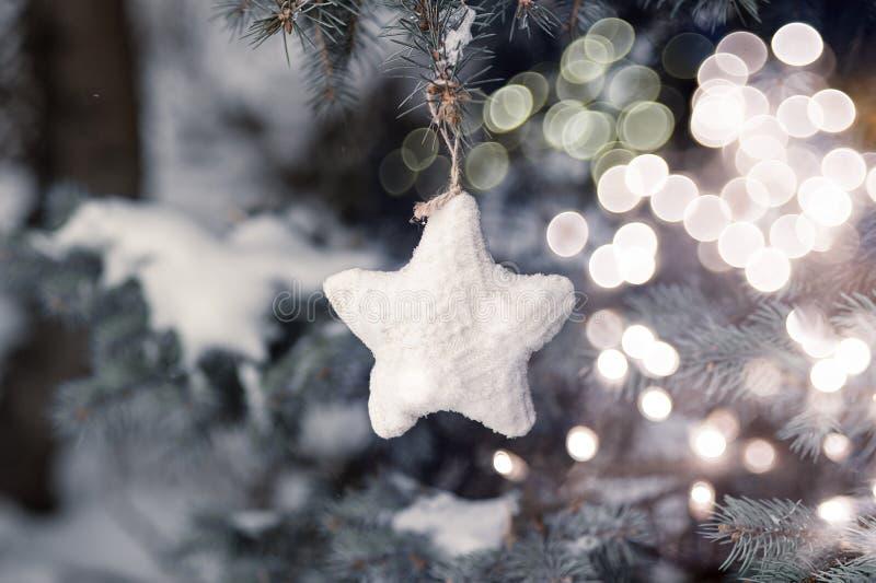 Kerstman Klaus, hemel, vorst, zak De ruimte van het exemplaar Kerstmistak en klokken De achtergrond van de vakantie stock foto