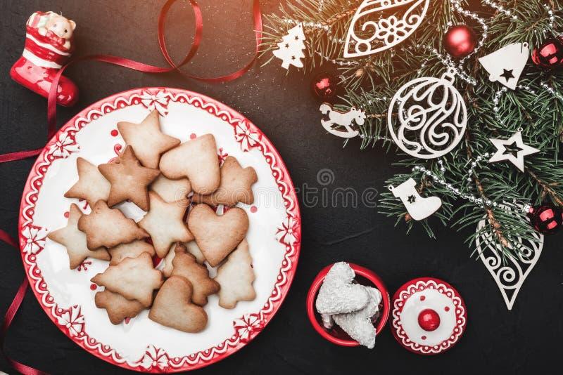 Kerstman Klaus, hemel, vorst, zak Een plaat van zoete huiskoekjes Een Kerstboomstuk speelgoed met speelgoed wordt verfraaid dat royalty-vrije stock foto's