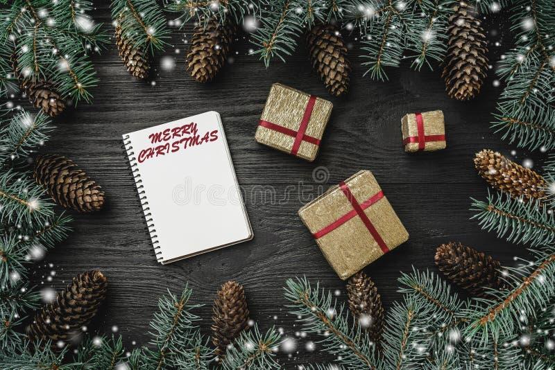 Kerstman Klaus, hemel, vorst, zak Zwarte houten achtergrond, met spartakken rond en kegels Santasbrief Gouden Giften Hoogste meni royalty-vrije stock foto's