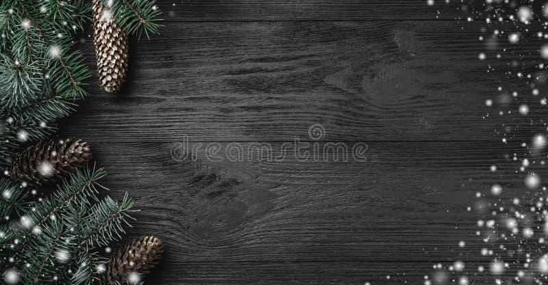 Kerstman Klaus, hemel, vorst, zak Zwarte houten achtergrond met takken en sparappel in de zij, hoogste mening De kaart van de Ker stock foto's