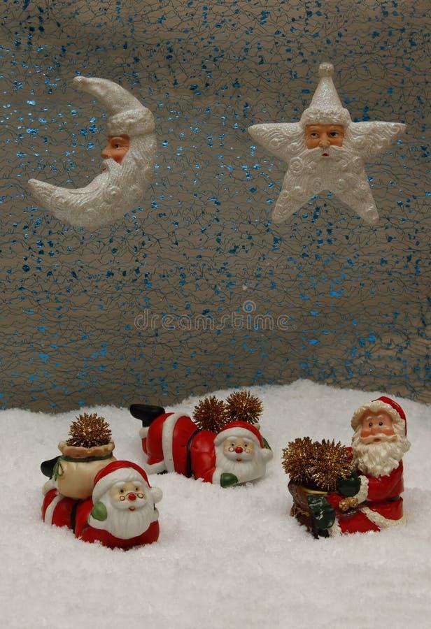 Kerstman met giften op pluizige sneeuw stock foto