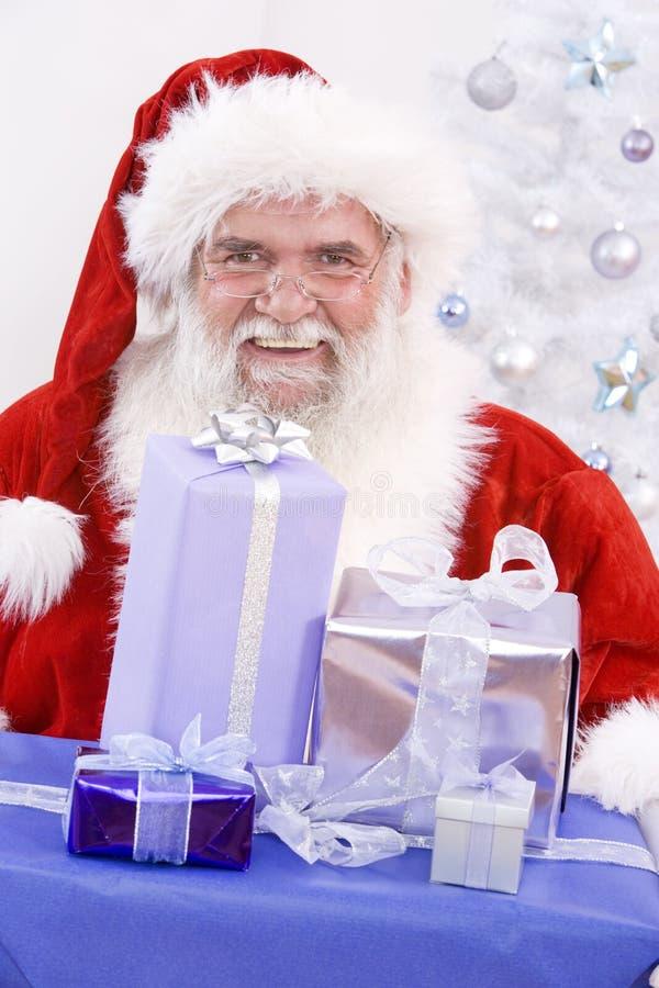 Kerstman met Kerstmisgiften stock afbeelding