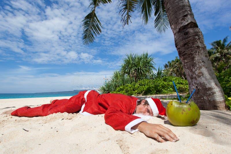 Kerstman onder tropische palm stock afbeelding