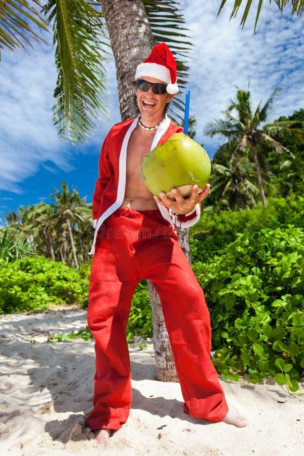 Kerstman onder tropische palm royalty-vrije stock foto