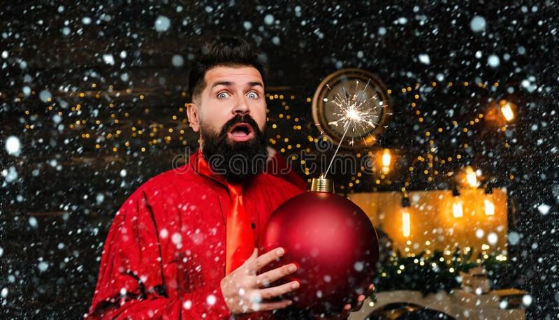 Kerstman in sneeuw Kerstman met een bom Kerstfeest Funny Santa Claus Funny Santa wenst Merry stock foto