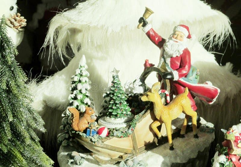 Kerstmancijfer met kleine herten en een eekhoorn stock afbeelding