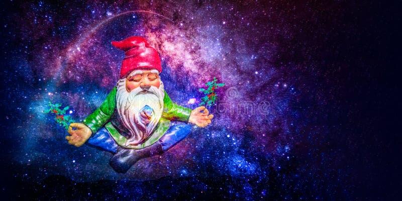 Kerstmandwerg die in ruimte mediteren royalty-vrije stock afbeelding