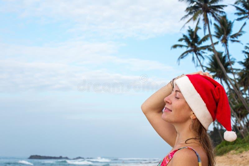 Kerstmanmeisje onder de palmen royalty-vrije stock afbeeldingen
