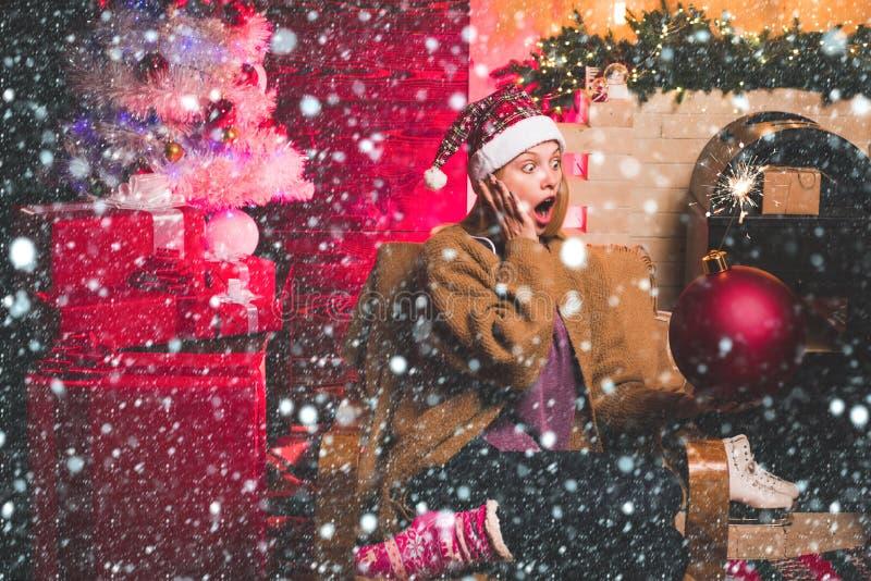 Kerstmeisje - sneeuweffecten Snel kerstfeest Tekstkopieerruimte omvormen Kerstmeisje met een bom royalty-vrije stock afbeelding