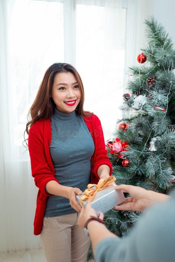 Kerstmis Aziatisch Paar Een knappe mens die haar meisje geven/wif royalty-vrije stock foto's