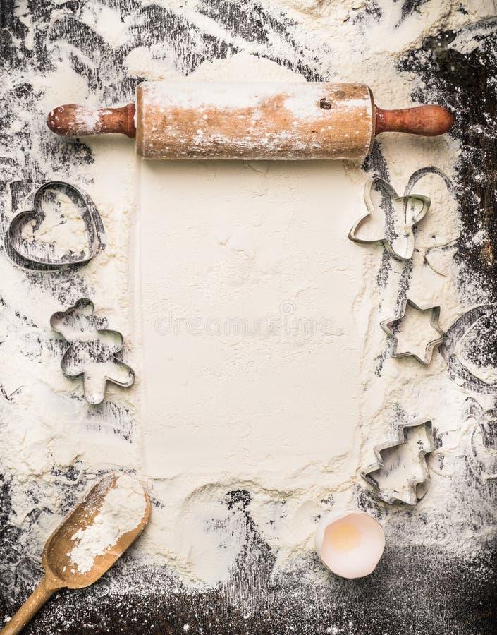 Kerstmis bakt hulpmiddelen op bloem en rustieke houten achtergrond, hoogste mening stock foto's
