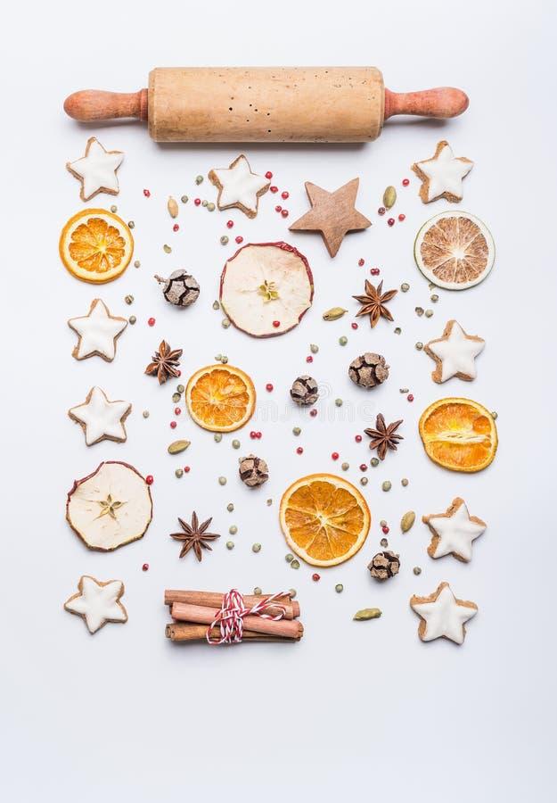 Kerstmis bakt vlakte legt samenstelling met deegrol, sterkoekjes, droge vruchten en kruiden op witte achtergrond, hoogste mening royalty-vrije stock afbeeldingen