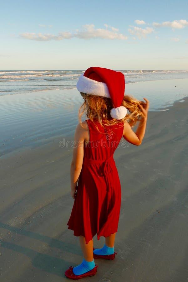 Kerstmis bij het strand; meisje in een Kerstmanhoed royalty-vrije stock foto