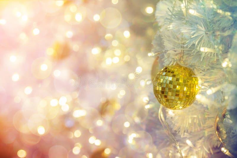Kerstmis Binnenlands die Ontwerp, Kerstmisboom door Lichten PR wordt verfraaid stock foto