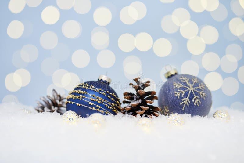 Kerstmis blauwe ballen op sneeuw met royalty-vrije stock foto
