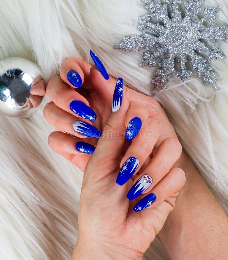 Kerstmis blauwe spijkers stock afbeeldingen