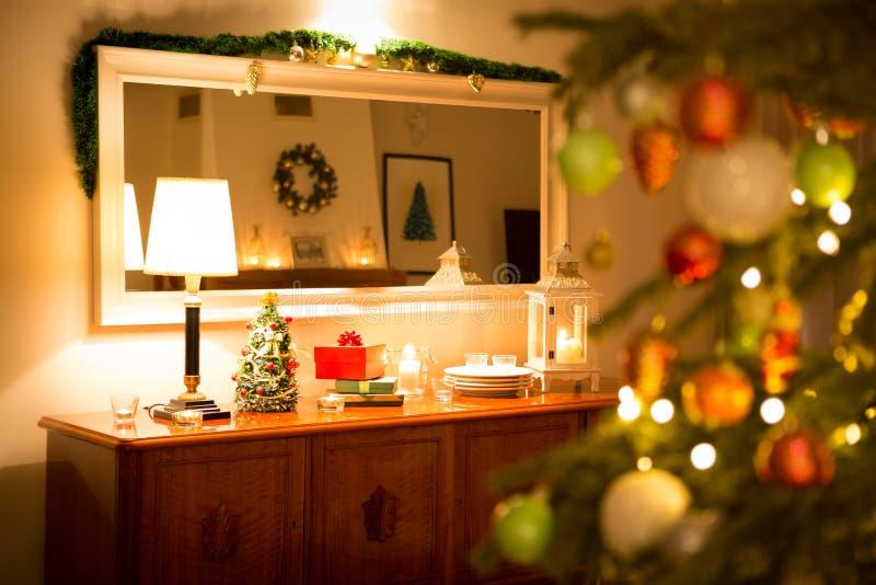 Kerstmis - comfortabel huisbinnenland met decoratie en boom stock afbeeldingen