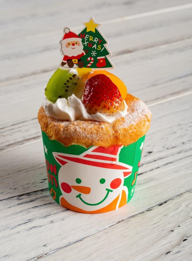 Kerstmis cupcake met aardbei en kiwifruit en mango stock afbeelding