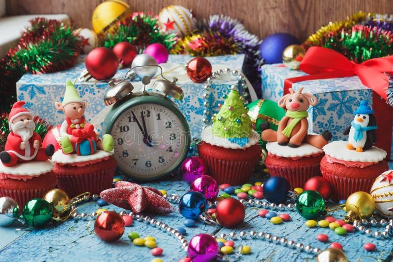 Kerstmis cupcakes met gekleurde decoratie stock afbeelding