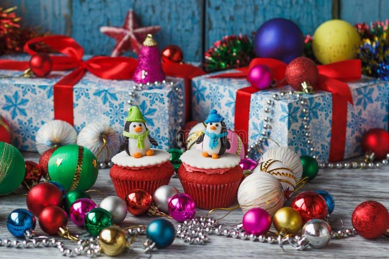 Kerstmis cupcakes met gekleurde decoratie stock foto's