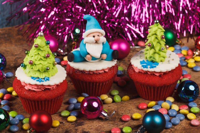 Kerstmis cupcakes met gekleurde decoratie stock foto