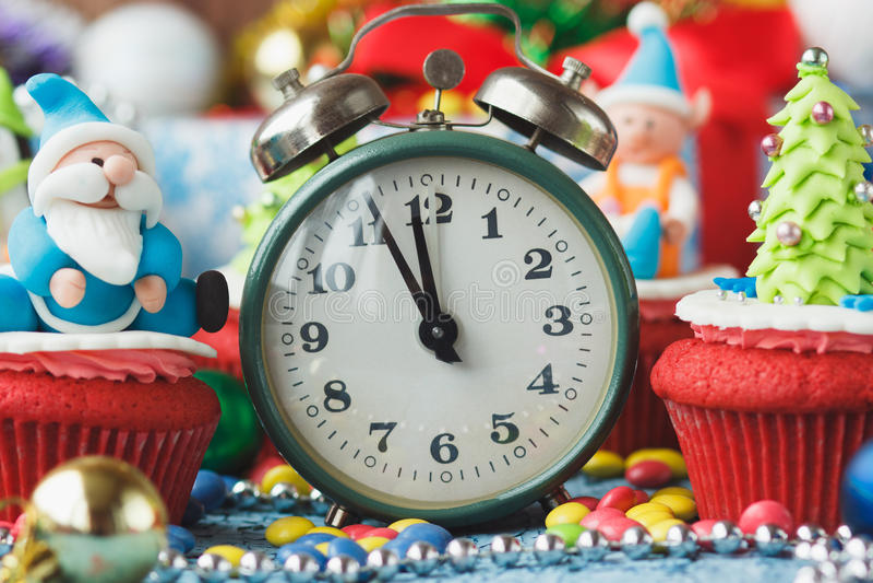 Kerstmis cupcakes met gekleurde decoratie royalty-vrije stock afbeelding