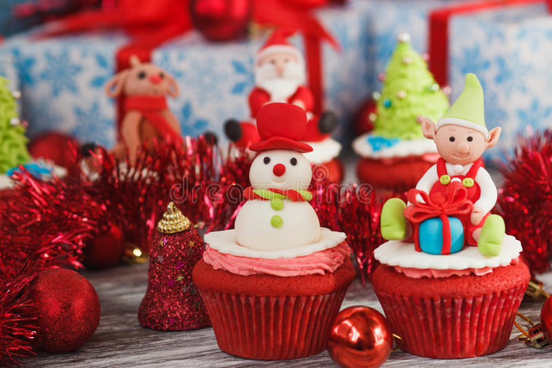 Kerstmis cupcakes met gekleurde decoratie stock afbeeldingen