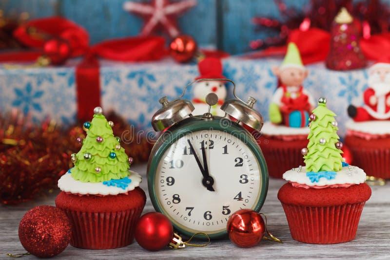 Kerstmis cupcakes met gekleurde decoratie royalty-vrije stock foto