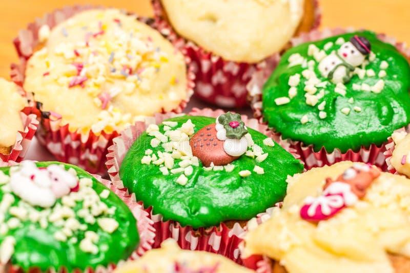Kerstmis cupcakes met groen en geel suikerglazuur royalty-vrije stock afbeeldingen