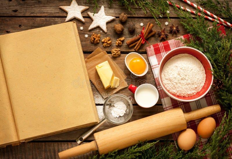 Kerstmis - de achtergrond van de bakselcake met deegingrediënten stock afbeelding