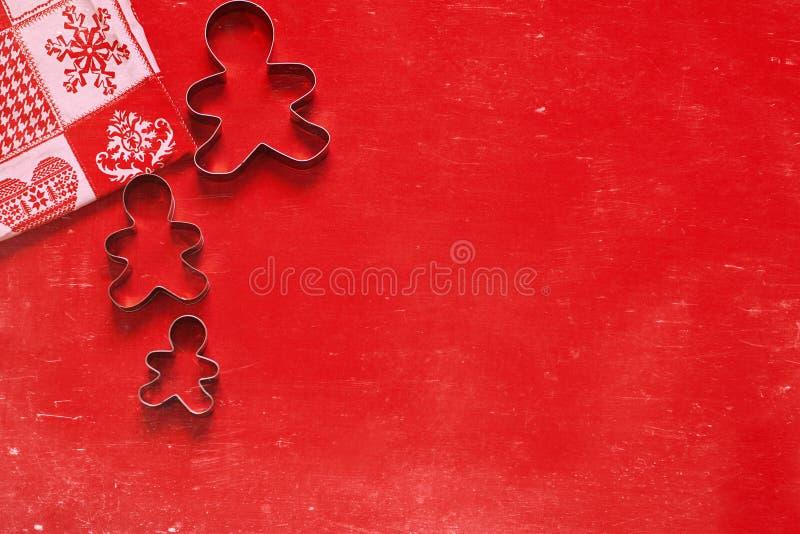 Kerstmis, de achtergrond van de Nieuwjaarvakantie, textuur, behang Koekjessnijders op rode achtergrond stock foto