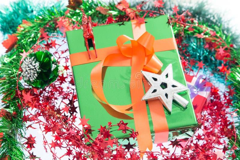 Kerstmis De doos en de decoratie van de Kerstmisgift op witte achtergrond wordt geïsoleerd die stock foto's