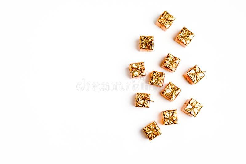 Kerstmis of de nieuwe samenstelling van het jaarkader in gouden kleuren op witte achtergrond met lege exemplaarruimte voor tekst  royalty-vrije stock afbeelding