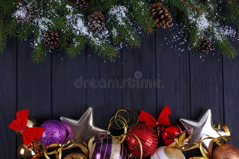 Kerstmis, de Nieuwe samenstelling van de jaarvakantie met feestelijke decoratie stock afbeelding