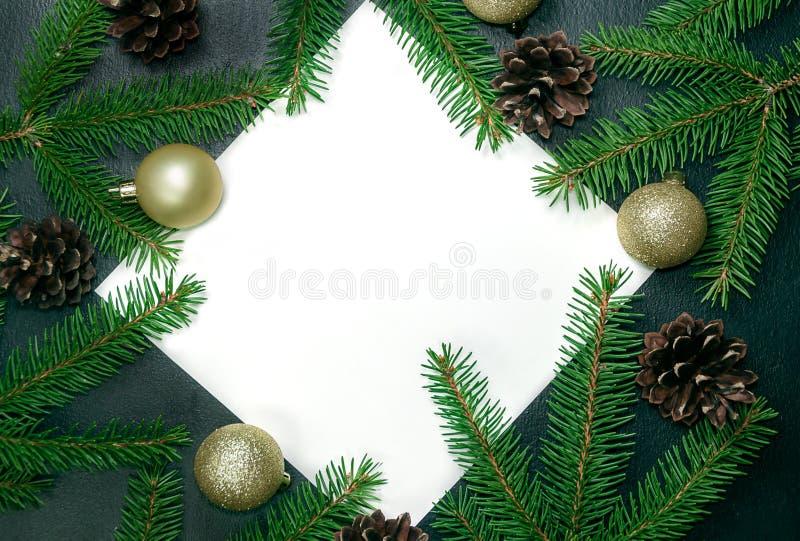 Kerstmis of de nieuwe zwarte achtergrond van de jaardecoratie Sparrenzemelen stock afbeelding